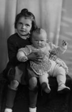 Se starší sestrou Ivanou, 1949